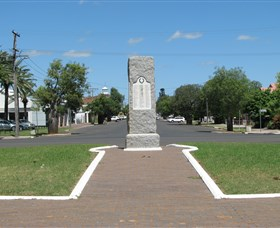 War Memorial and Heroes Avenue - QLD Tourism