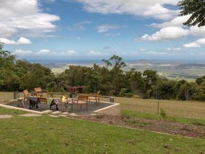 Captain's Lookout - elevated ocean views rural stay - QLD Tourism