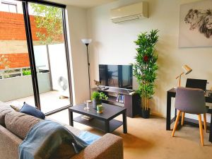 FITZROY FANTASTIC 1BR APT with FREE WINE NETFLIX WIFI close to TRAMS COLES - QLD Tourism