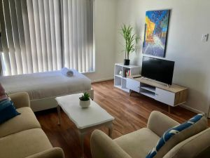 Modern Unit Near To Surfers Paradise - QLD Tourism